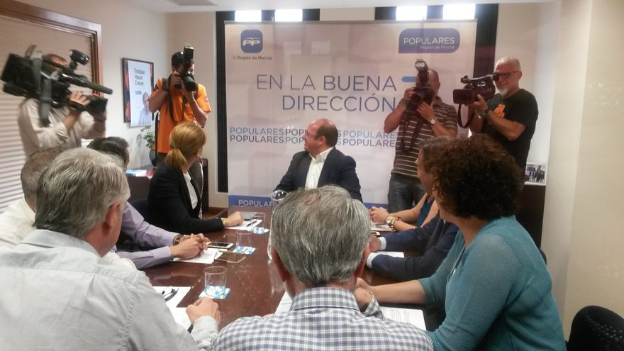 Pedro Antonio Sánchez reunido con los candidatos municipales de su partido que han obtenido mayoría absoluta / BM
