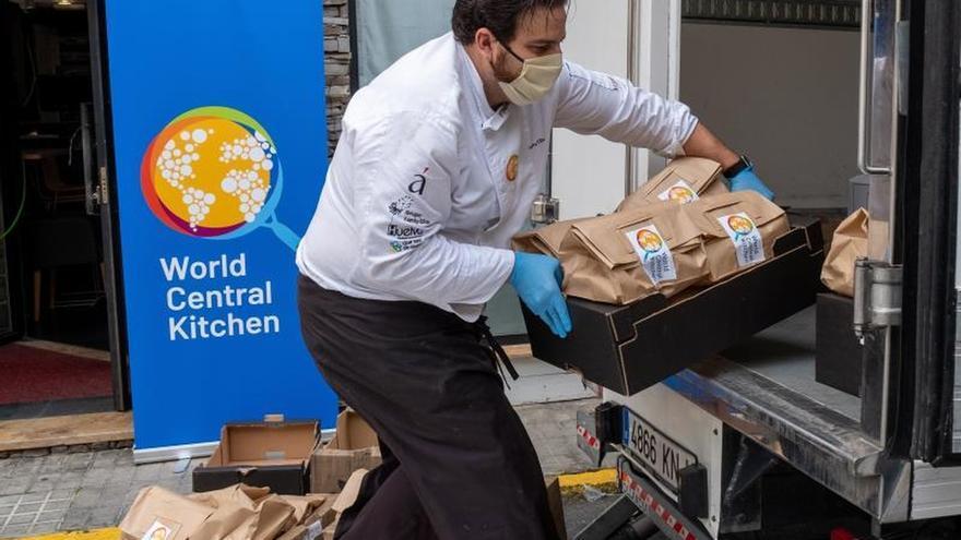 El chef onubense Xanty Elías, se sumó a la iniciativa 'ChefsforSpain' con una cocina de emergencia en su restaurante Acanthum para personas en situación de necesidad por el COVID-19.