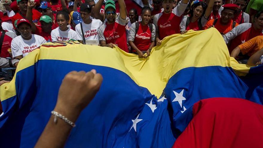El chavismo y la oposición marchan junto a universitarios en la campaña electoral