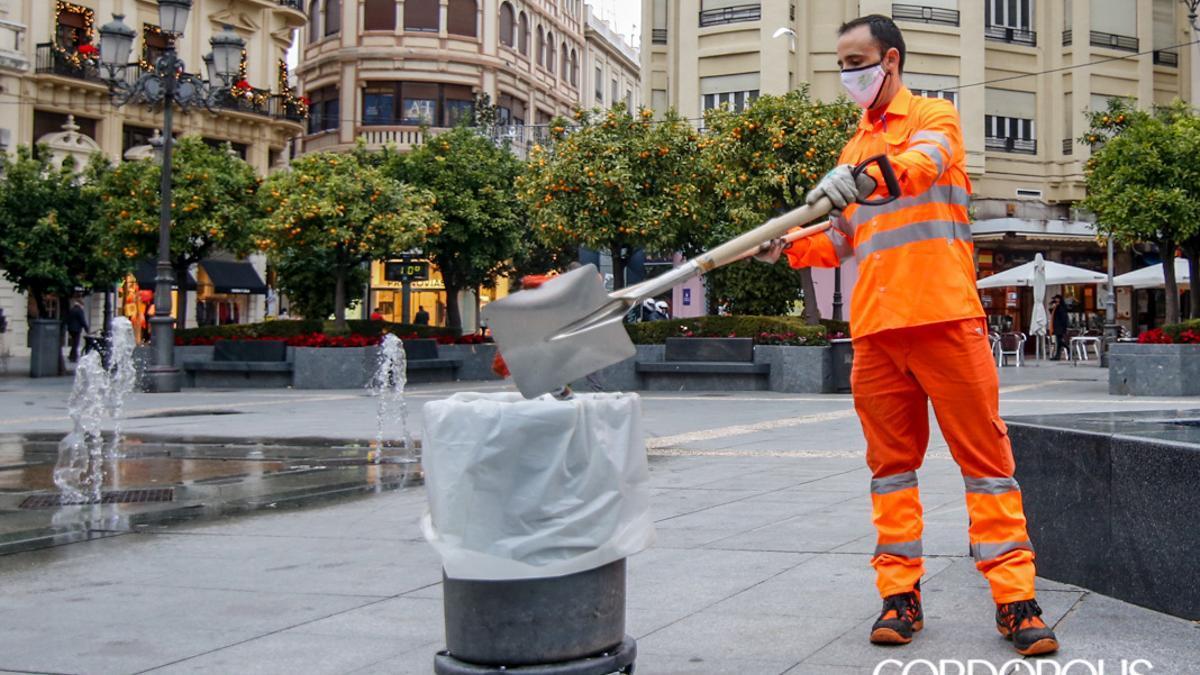Un operario de Sadeco en la Plaza de Las Tendillas.