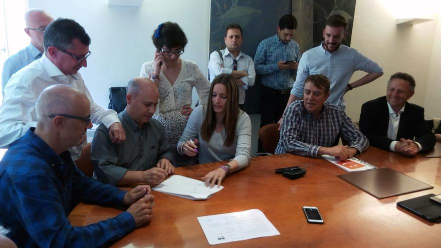 Representantes de las tres formaciones rubrican el acuerdo para presentar una candidatura conjunta al Congreso