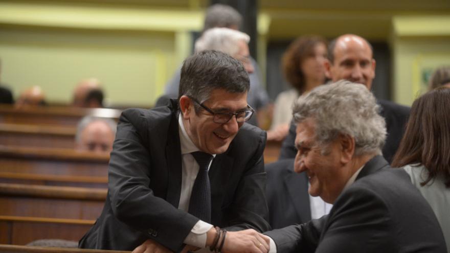 El presidente del Congreso entrante, Patxi López, y el saliente, Jesús Posadas, en la sesión de Constitución de las Cortes. / GDN