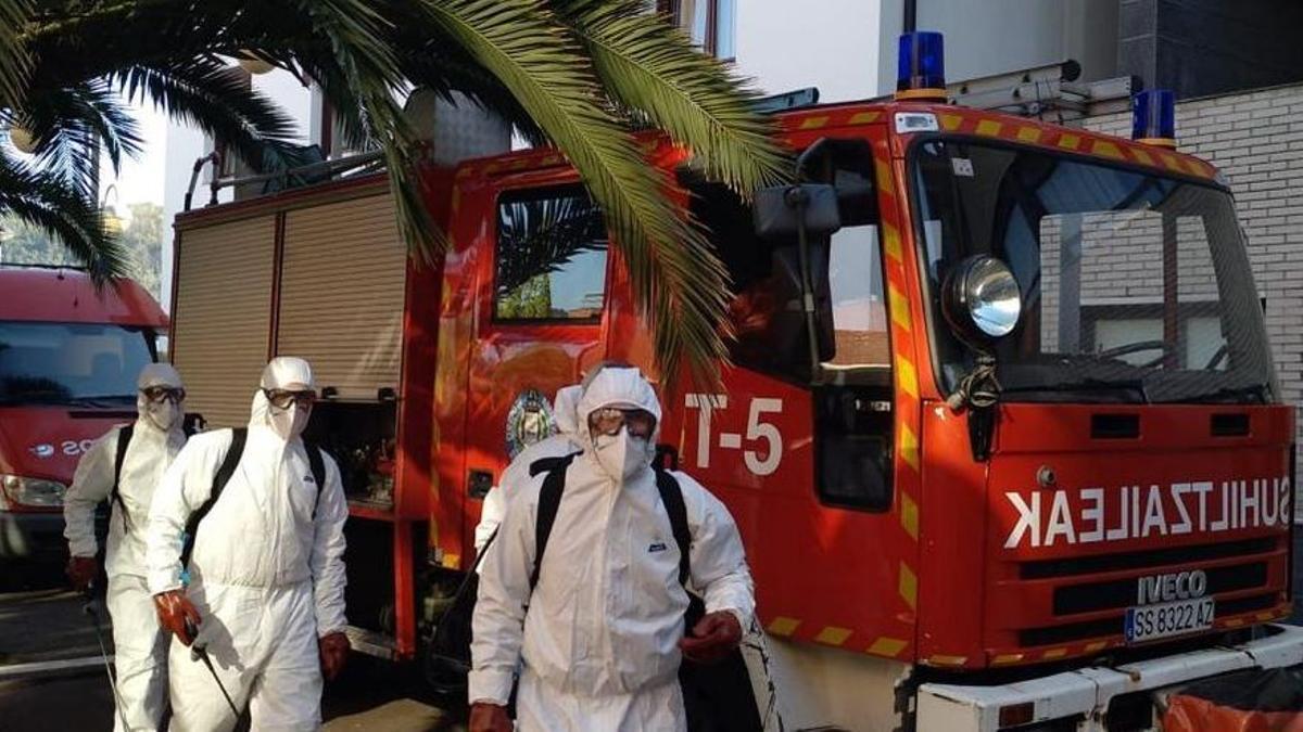 Bomberos desinfectando la residencia Berra de Donostia durante la pasada primavera
