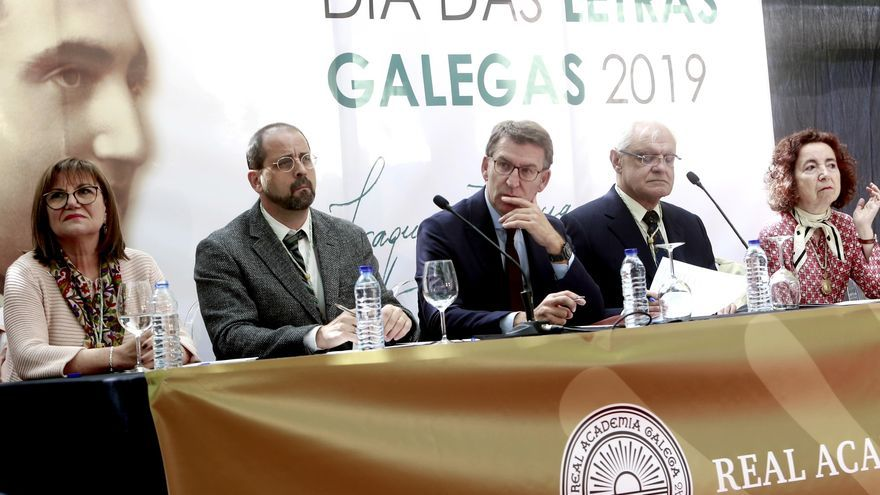 Feijóo, junto a miembros de la Real Academia Galega en el acto central del Día das Letras Galegas de 2019