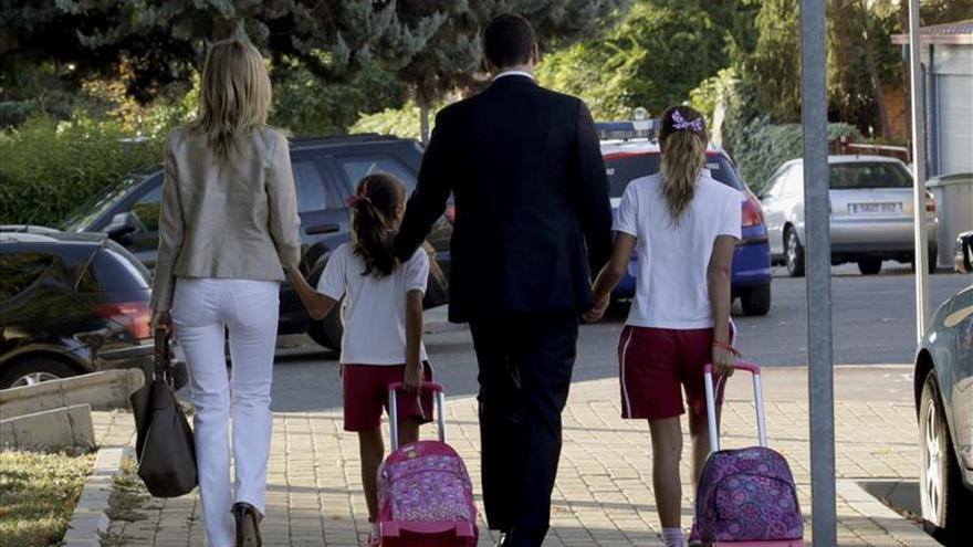 Pedro Sánchez acompaña a sus hijas al colegio en su primer día de clase