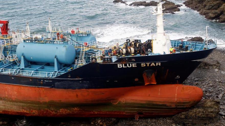 """Los trabajos de bombeo a tierra del combustible almacenado en el """"Blue Star"""", que en la madrugada del viernes cumplió una semana encallado enAres(A Coruña), ayer."""