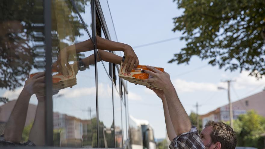 Las personas refugiadas de un autobús en Macedonia reciben fruta © Richard Burton