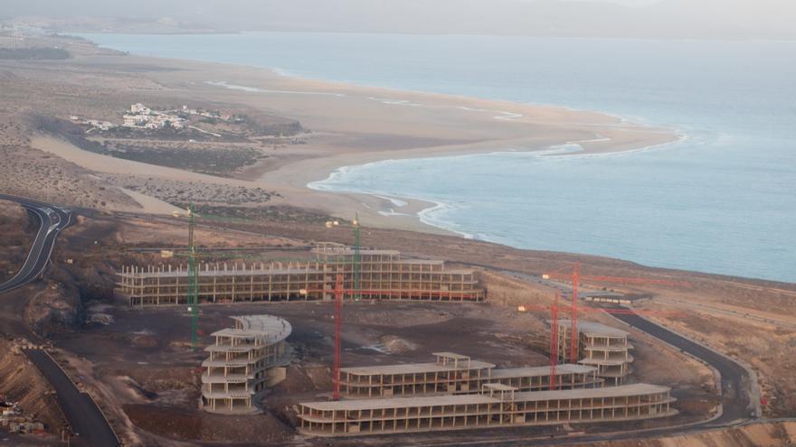 Obras paralizadas por la Justicia en el plan parcial Canalbión, en una zona que el nuevo Plan Insular de Fuerteventura considera ahora estratégica.