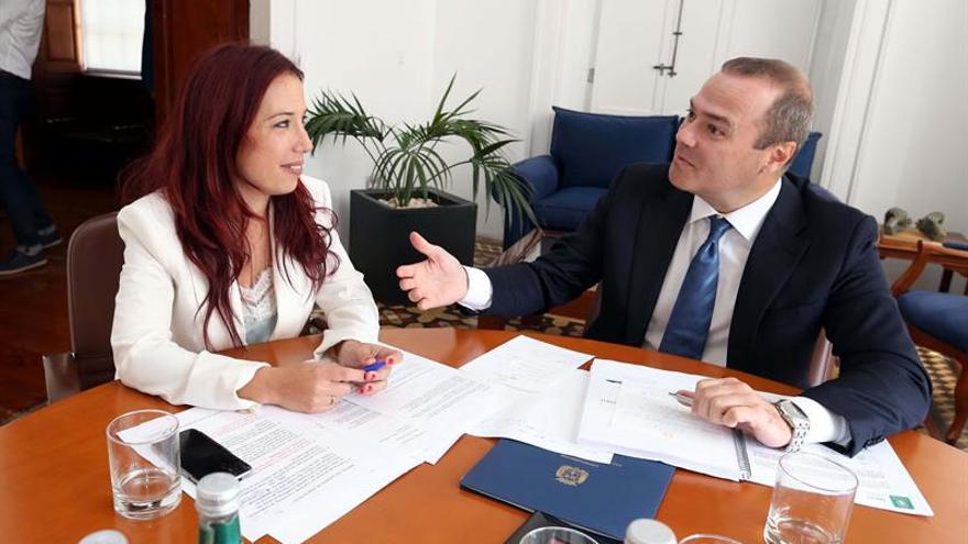 La vicepresidenta del Gobierno de Canarias, Patricia Hernández, y el alcalde de Las Palmas de Gran Canaria, Augusto Hidalgo, durante la visita que la primera realizó a las Casas Consistoriales.