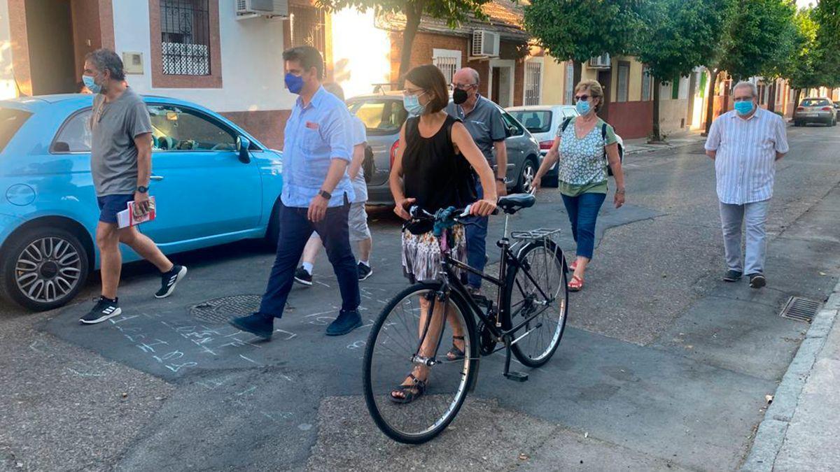 García y Pernichi con vecinos en el distrito Sur.