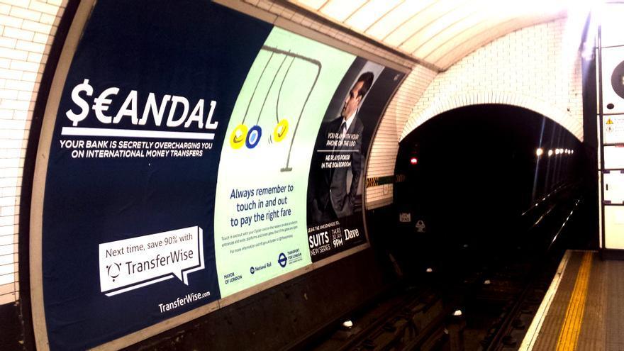Una startup anunciándose en el metro de Londres para decir que los bancos mienten