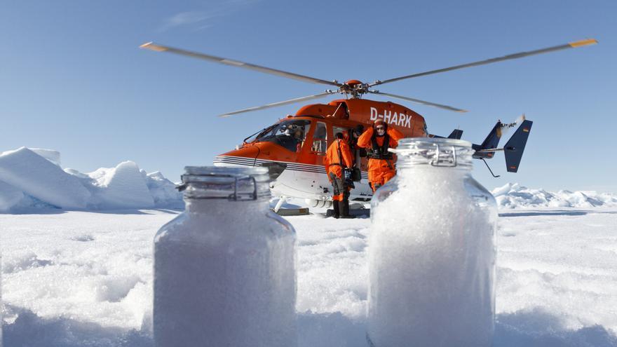 Investigadores toman muestras de nieve en el Ártico.
