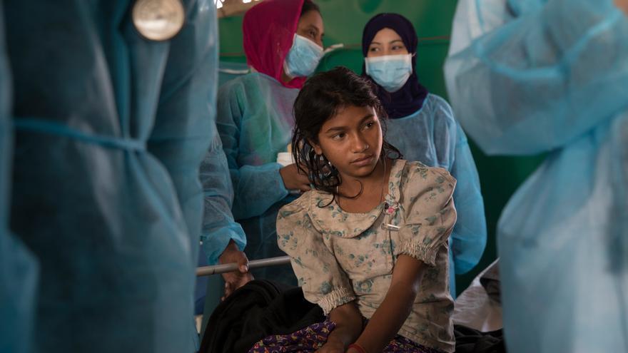 """Kausara, una niña de 13 años, está siendo atendida en el centro de tratamiento de difteria de MSF en Moynarghona. Vive en un asentamiento improvisado de Hakimpara. """"Tenía dolor en el cuerpo, fiebre, dolor de garganta... No podía comer nada. Después de tomar los medicamentos, ahora me siento mucho mejor"""". Foto: Anna Surinyach."""