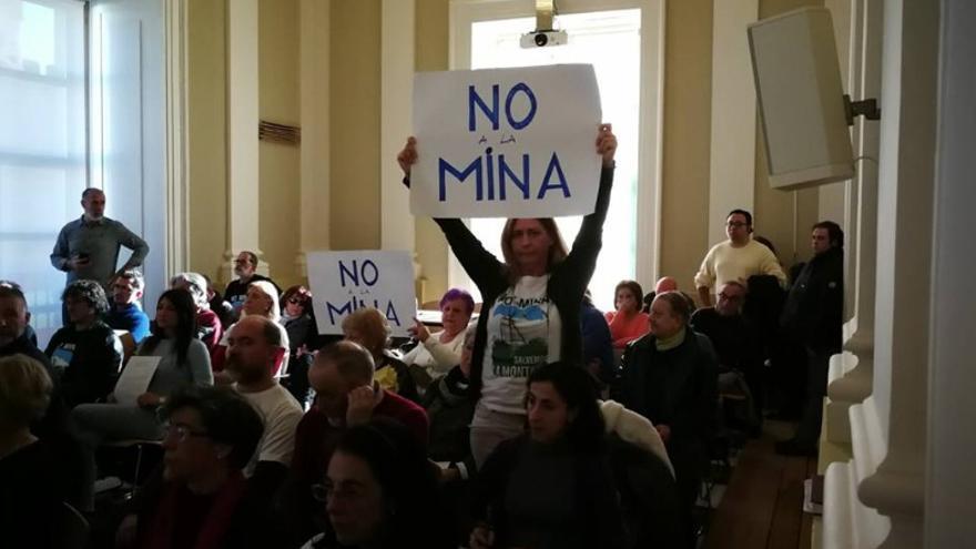 Activistas de la Plataforma Salvemos La Montaña de Cáceres, en el pleno municipal / Salvemos la Montaña