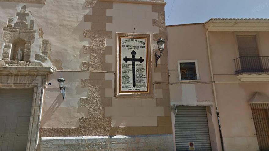 Imagen de la 'Cruz de los Caídos' ubicada en la fachada de la iglesia