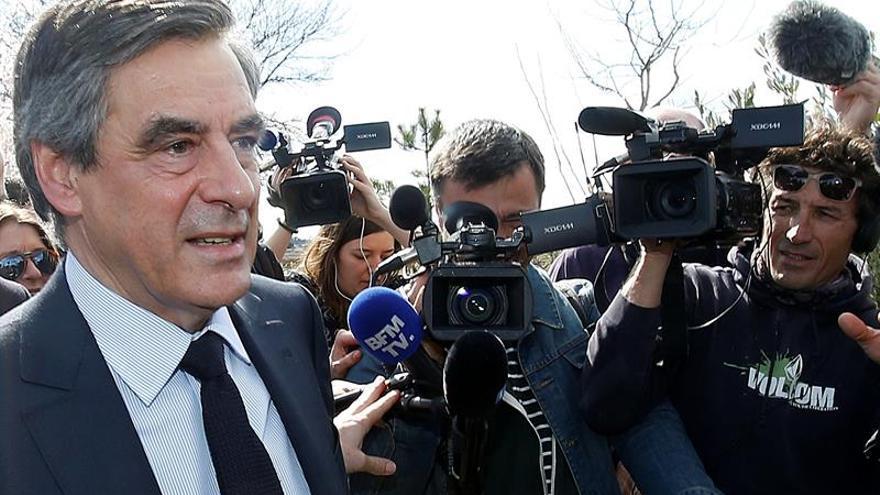 Fillon recibió trajes de regalo por valor de 48.500 euros, según un semanario