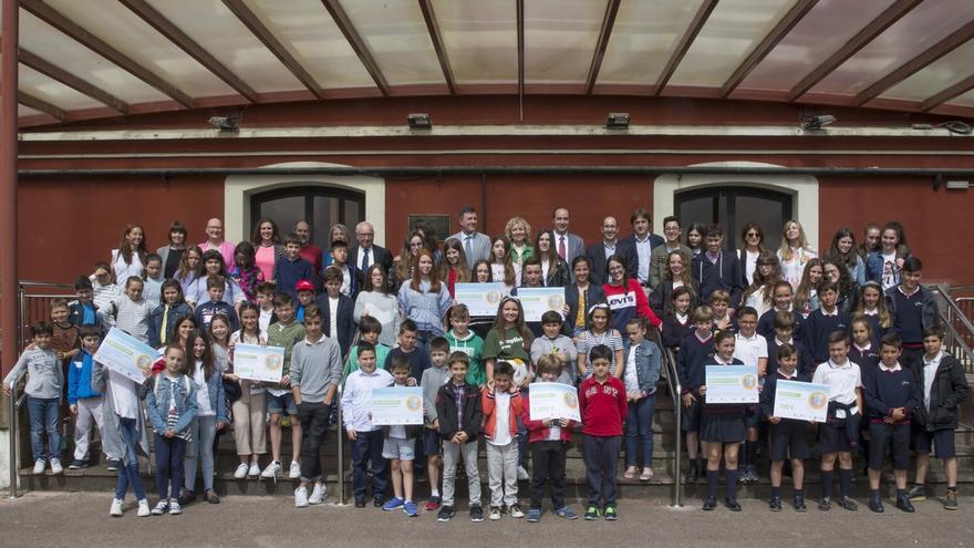 Cuatro colegios reciben los premios del concurso escolar 'La liga del reciclaje' de MARE