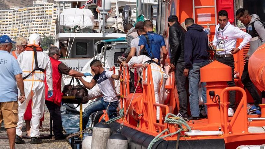 Los servicios de emergencia han trasladado este lunes al muelle de Arguineguín, al suroeste de Gran Canaria, a 37 personas migrantes, entre ellos cinco bebés y dos mujeres embarazadas, que viajaban en dos pateras localizadas cerca de la isla. EFE/Ángel Medina G.