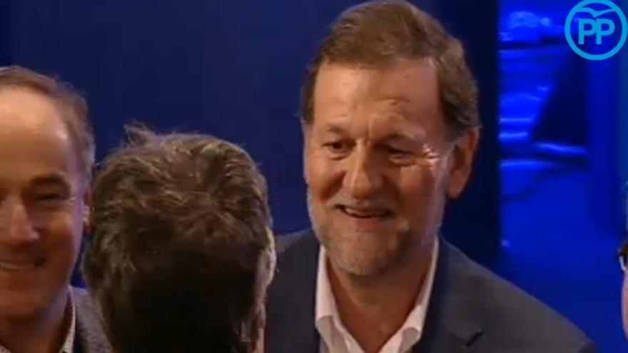 Mariano Rajoy, en un mitin, tras ser golpeado