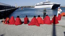 Imagen de archivo de inmigrantes en el puerto de Tarifa (Cádiz), tras ser rescatados por Salvamento Marítimo en el Estrecho de Gibraltar.