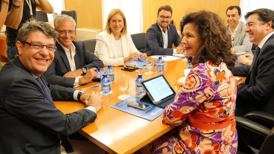 Reunión del equipo de negociación del PP con los diputados populares de Canarias y el presidente del partido en Canarias