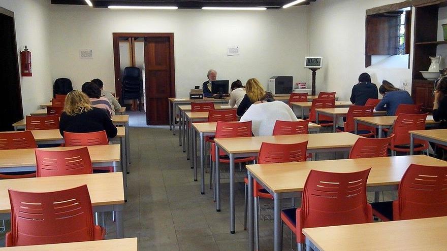 En la imagen, alumnas de la UNE en La Palma realizando un examen.