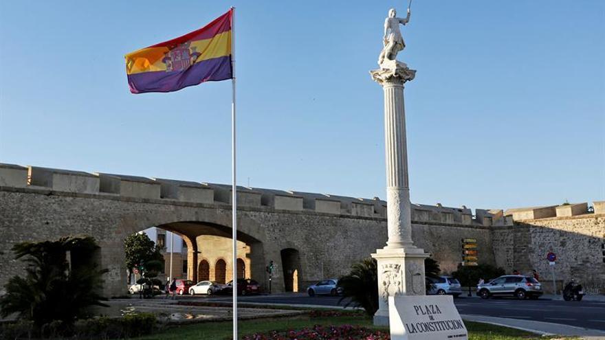 Cortan la bandera republicana izada por el Ayuntamiento de Cádiz