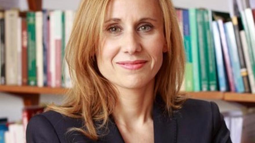Es profesora asociada en el departamento de Derecho Administrativo de la Facultad de Derecho de la UMU