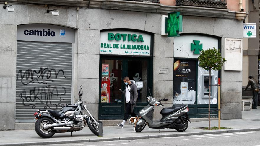 Una farmacia abierta durante el primer día de la cuarta semana de estado de alarma decretado por el Gobierno para combatir el coronavirus, en Madrid (España) a 6 de abril de 2020.