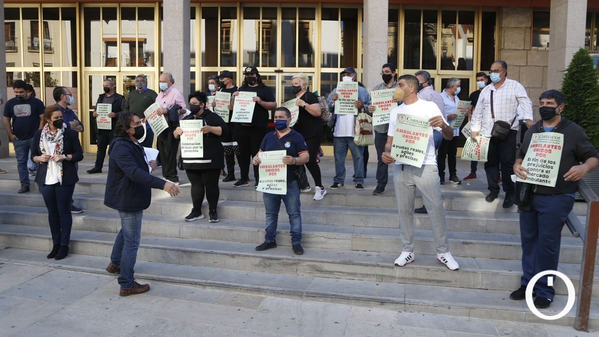 Protesta de vendedores ambulantes a las puertas del ayuntamiento