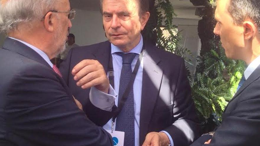 Antonio Catalá conversa con dos personas en un receso del Foro Global Sur.