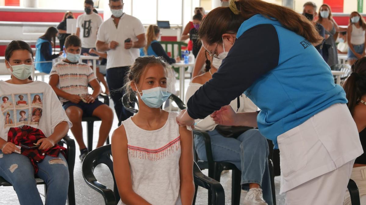 Nira, de 13 años, una de las primeras jóvenes en vacunarse este domingo en Pedro Hidalgo. (Consejería de Sanidad del Gobierno de Canarias)