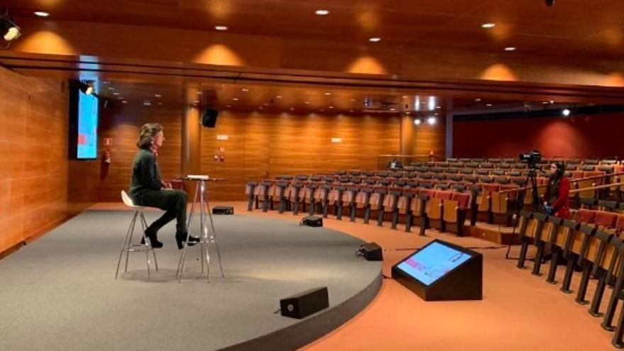 Ana Botín, durante el estreno de 'Ask Ana', respondió en remoto a las dudas de los empleados. Este es uno de los auditorios de la Ciudad Financiera del Grupo Santander, en Boadilla del Monte (Madrid).