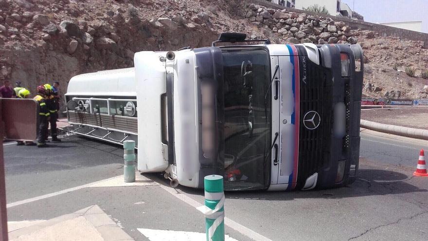 Camión cisterna volcado en Mogán