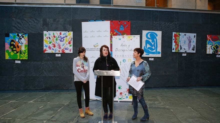 El Parlamento de Navarra exhibe una exposición de la fundación Atena que promueve el arte en personas con discapacidad