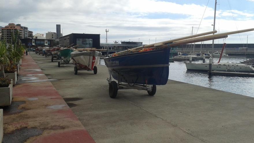 Los 11 barquillos de vela latina  expuestos a lo largo de la jornada de  este viernes en las inmediaciones de Marina La Palma.