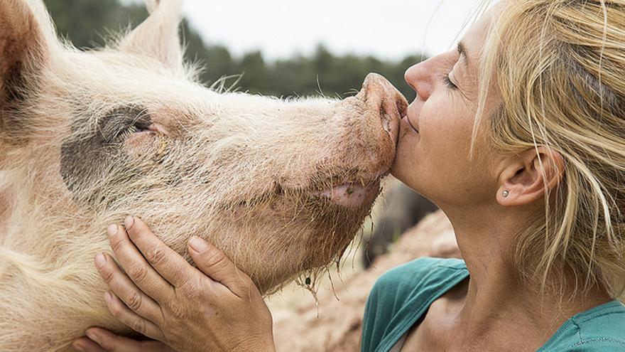 Elena Tova junto a uno de los habitantes de El Hogar Animal Sanctuary
