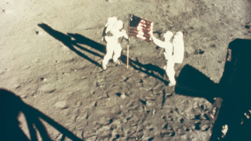 Neil Armstrong y Buzz Aldrin desplegando la bandera en la Luna, el 20 de julio de 1969