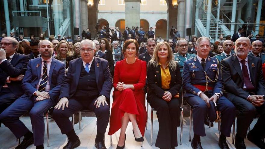 La presidenta de la Comunidad de Madrid, Isabel Díaz Ayuso (c), preside este lunes su primer acto institucional con motivo del Día de la Constitución, en la Real Casa de Correos.
