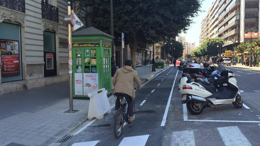 Un ciclista por un tramo del anillo ciclista