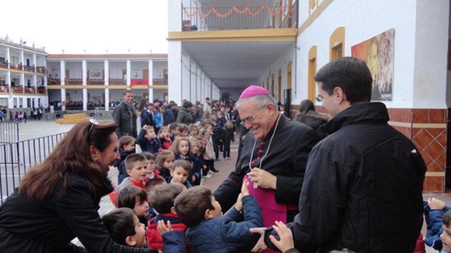 El obispo, en una visita a San Lorenzo, en una imagen distribuida por el Obispado.
