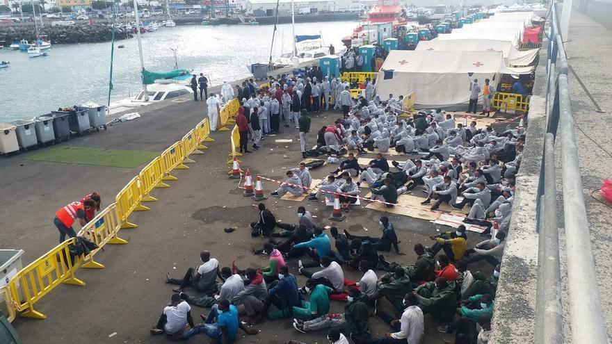 El muelle de Arguineguín alcanza su máximo con 1.352 migrantes hacinados y sin carpas para todos