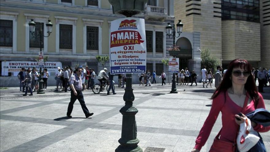 Grecia vive una huelga general y pasa el Día del Trabajo a la próxima semana