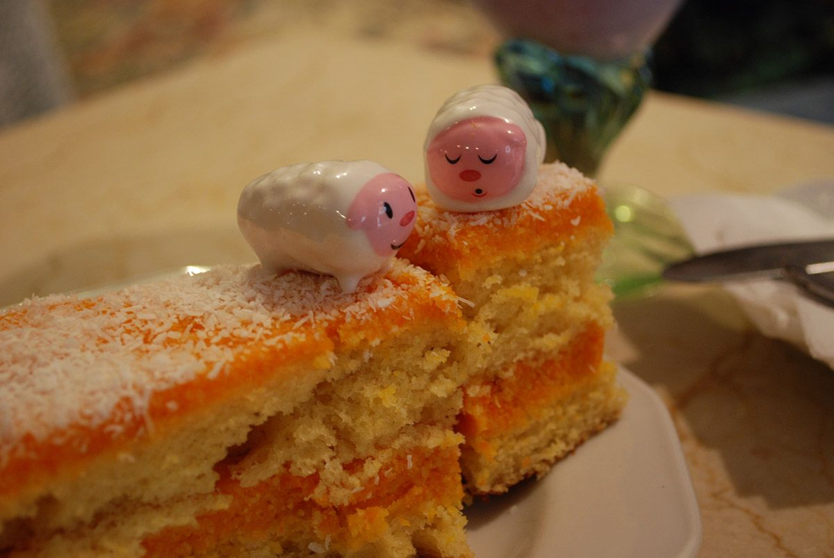 Humbert I y II sobre tarta de zanahoria_Malasaña a mordiscos_Café Ajenjo