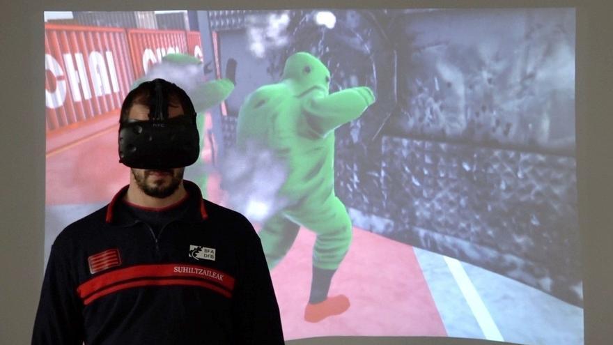 Los Bomberos de Bizkaia entrenan emergencias en el Puerto de Bilbao con un simulador de realidad virtual