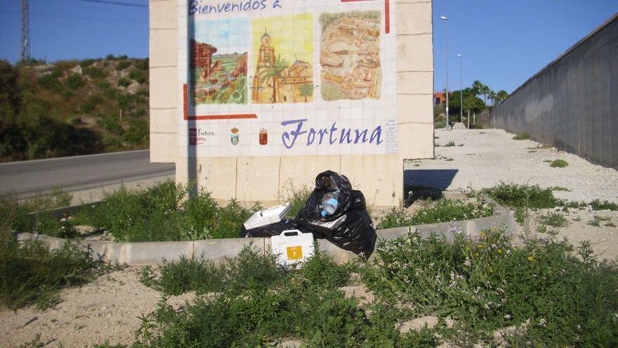 Señal de bienvenida al municipio de Fortuna con basura en el suelo / L.F.