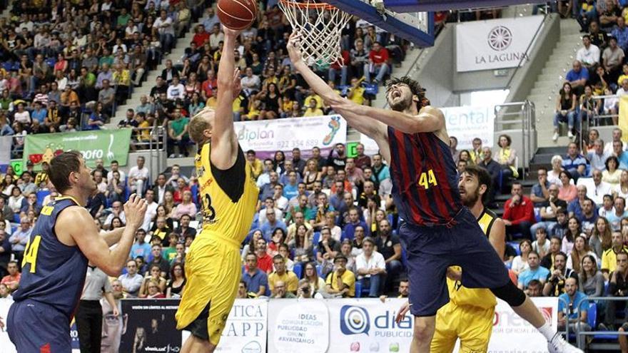 El pívot croata del FC Barcelona Ante Tomic y el ala-pívot estadounidense del Iberostar Tenerife Luke Sikma, durante el partido entre ambos equipos. EFE/Cristóbal García