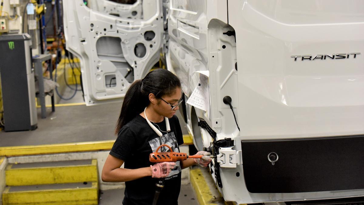 Imagen de una trabajadora en una planta de Ford.