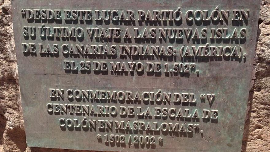 Placa conmemorativa del V centenario de la escala de Colón en Maspalomas.