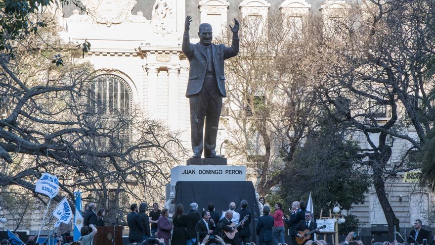 Mauricio Macri, líder de la oposición, inaugurando una estatua a Perón en el centro de Buenos Aires. /EFE